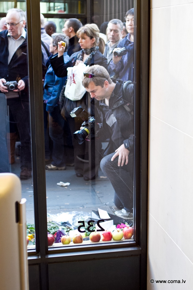 Photoreport: Apple Store in London on 6 October 2011 82