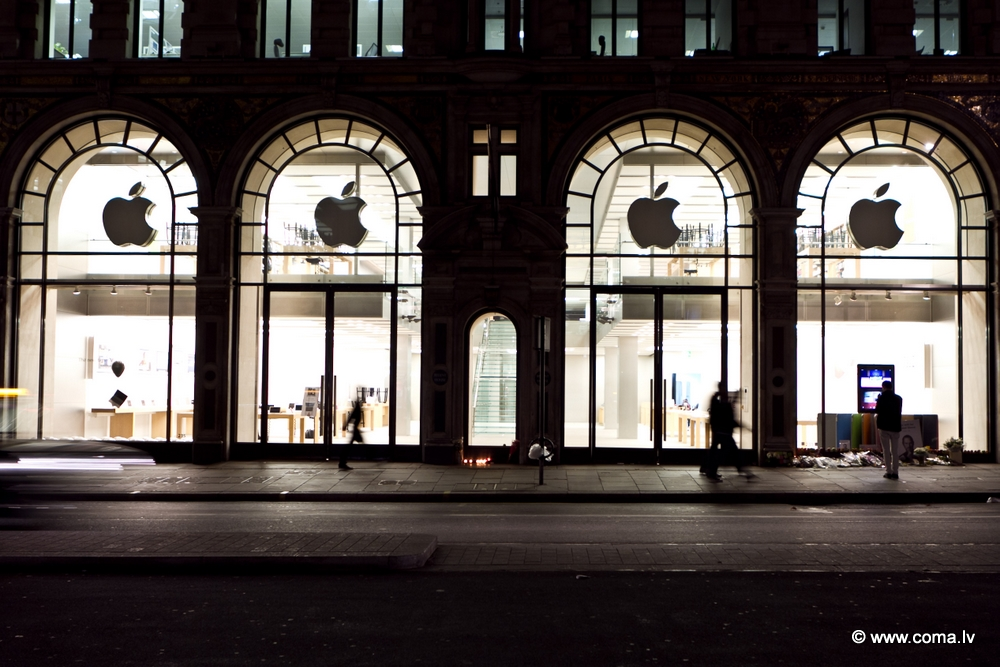 Photoreport: Apple Store in London on 6 October 2011 85