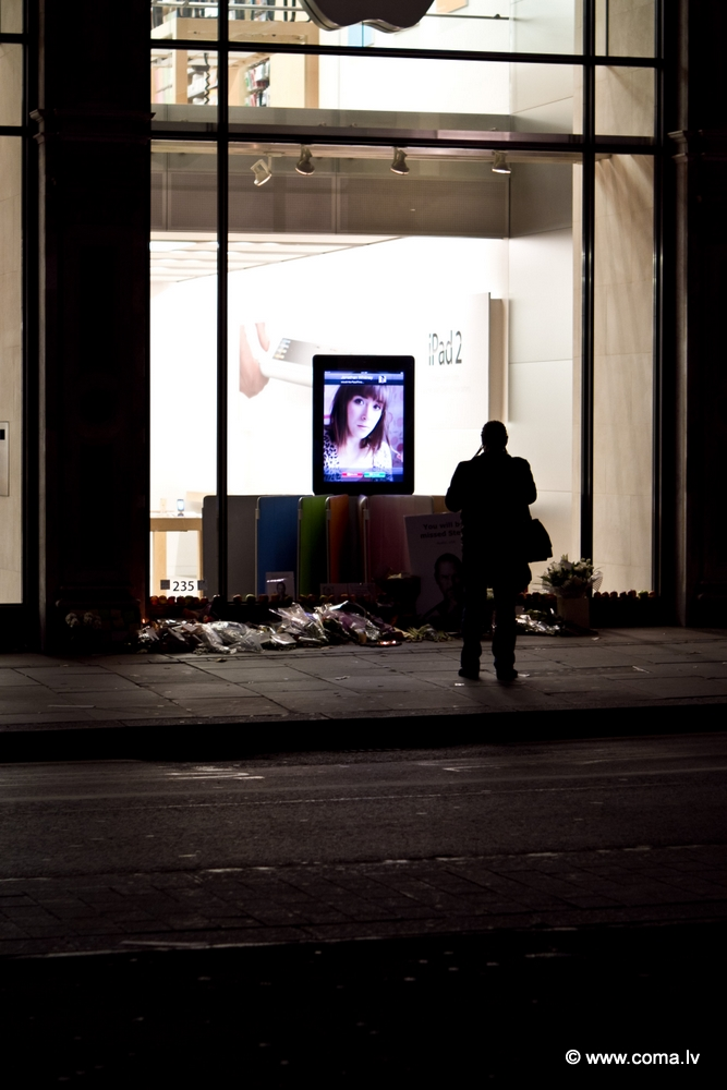 Photoreport: Apple Store in London on 6 October 2011 86