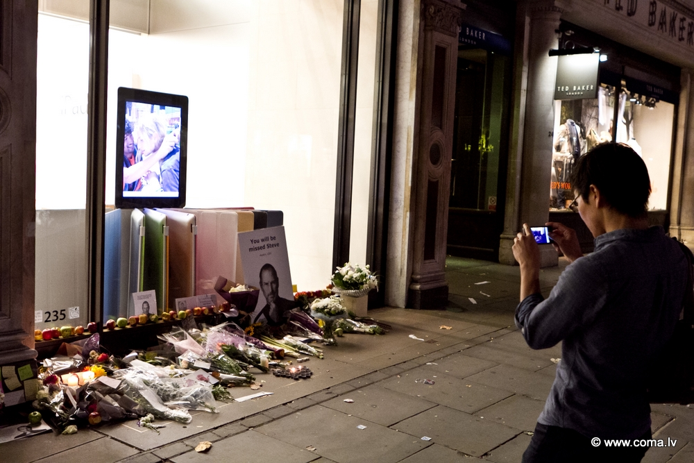 Photoreport: Apple Store in London on 6 October 2011 89