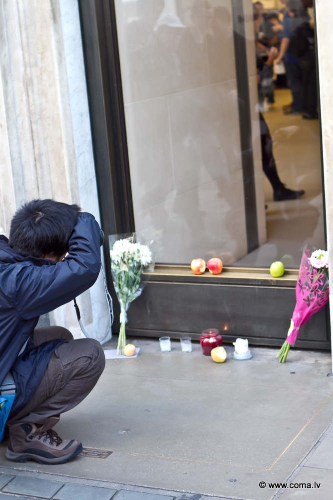 Photoreport: Apple Store in London on 6 October 2011 98