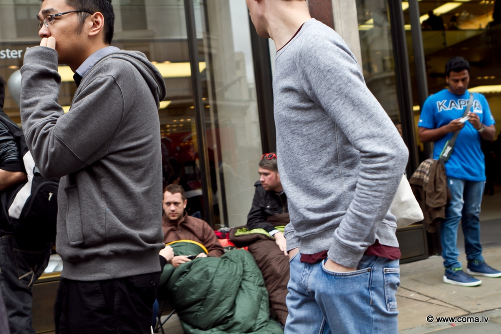 Photoreport: Apple Store in London on 6 October 2011 105